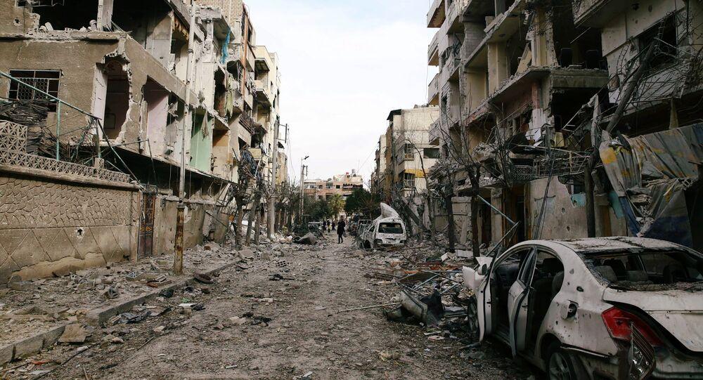 Prédios destruídos na zona cercada de Douma, Ghouta Oriental