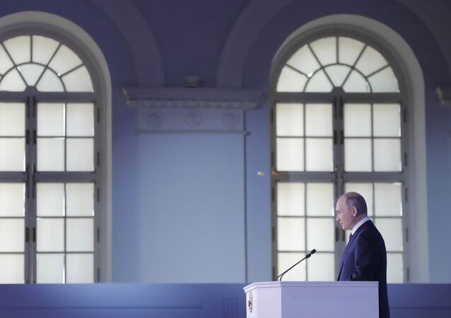 Vladimir Putin discursa no Centro de Exposições Manezh em 1 de março de 2018