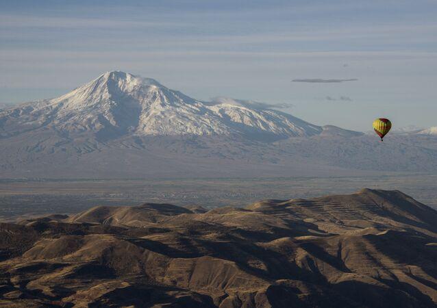 Balão aéreo com o monte Ararate no fundo, Armênia
