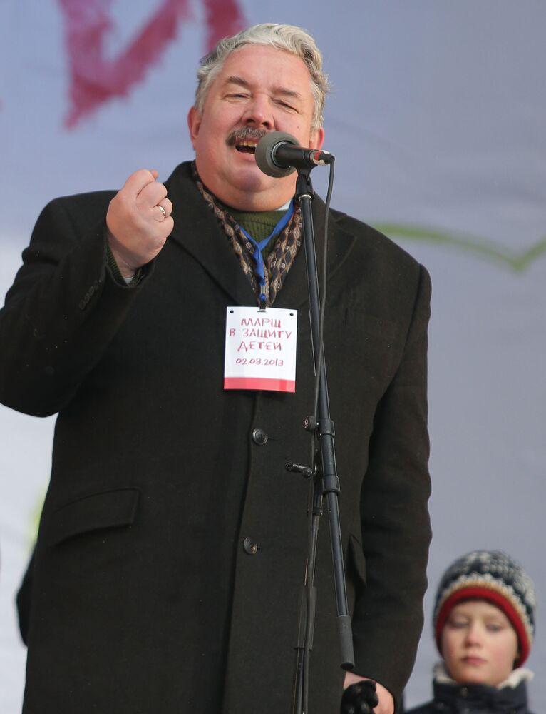 Sergei Baburin, na qualidade de chefe da União Popular de Toda a Rússia, em 2 de março de 2003, participa de um ato a favor da política que priorizasse crianças