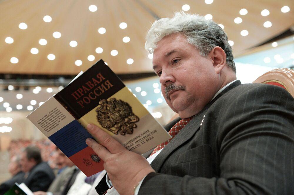 Sergei Baburin lê livro sobre história da monarquia russa durante cerimônia de abertura do XIX Congresso do Povo Russo
