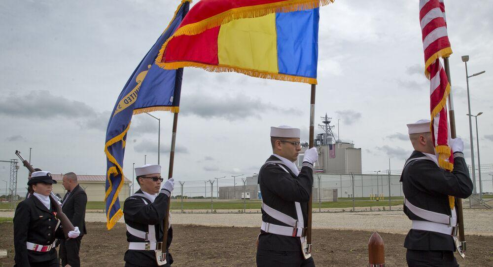 Militares dos EUA e da OTAN na base de defesa antimísseis de Deveselu, na Romênia, durante cerimônia de inauguração em 12 de maio de 2016