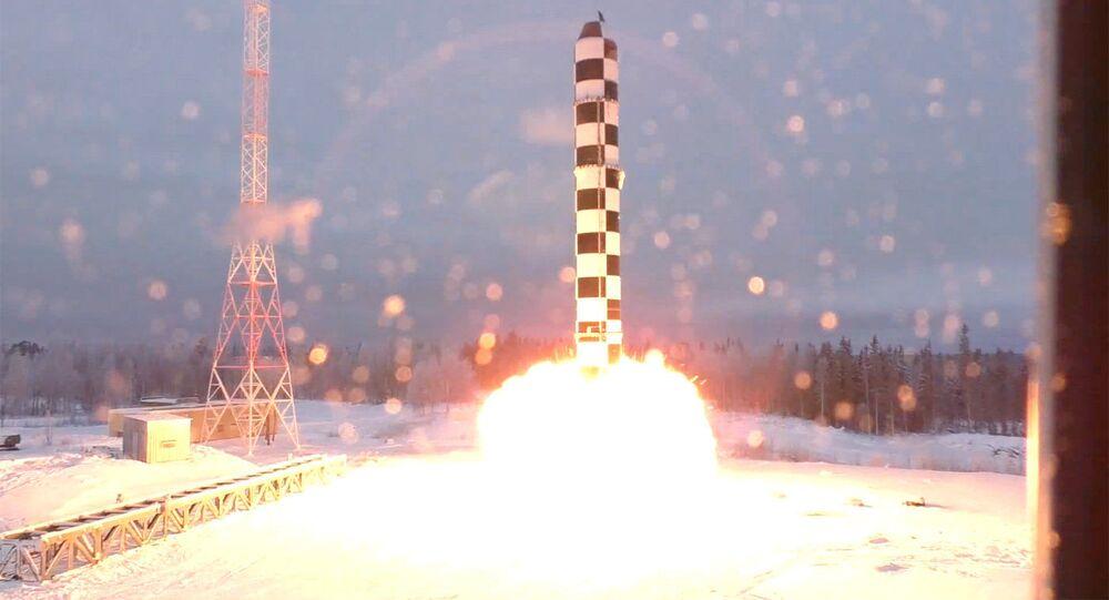 Apresentação gráfica dos testes do míssil Sarmat utilizada durante discurso do presidente russo, Vladimir Putin, perante a Assembleia Federal, 1º de março de 2018