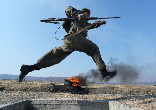 Cadete da Academia Militar Rokossovsky do Extremo Oriente russo participa de competição no polígono (arquivo)