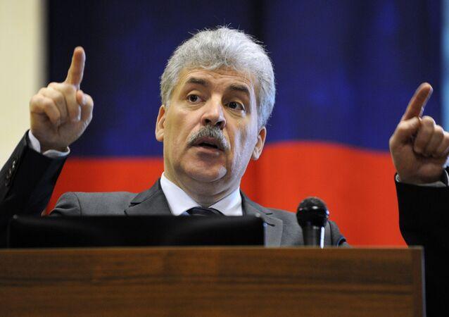 Candidato à Presidência da Rússia pelo Partido Comunista, Pavel Grudinin, durante um discurso na empresa Klever do grupo industrial Rostselmash no âmbito da visita a Rostov-no-Don