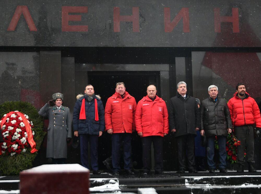Presidente do Comitê da Duma de Estado para assuntos agrários Vladimir Kashin (terceiro da esquerda), o candidato Pavel Grudinin (terceiro da direita) e o líder do Partido Comunista Gennady Zyuganov (quarto da direita) durante a cerimônia de deposição de flores no Mausoléu de Lenin por ocasião do 94º aniversário da morte de Vladimir Lenin