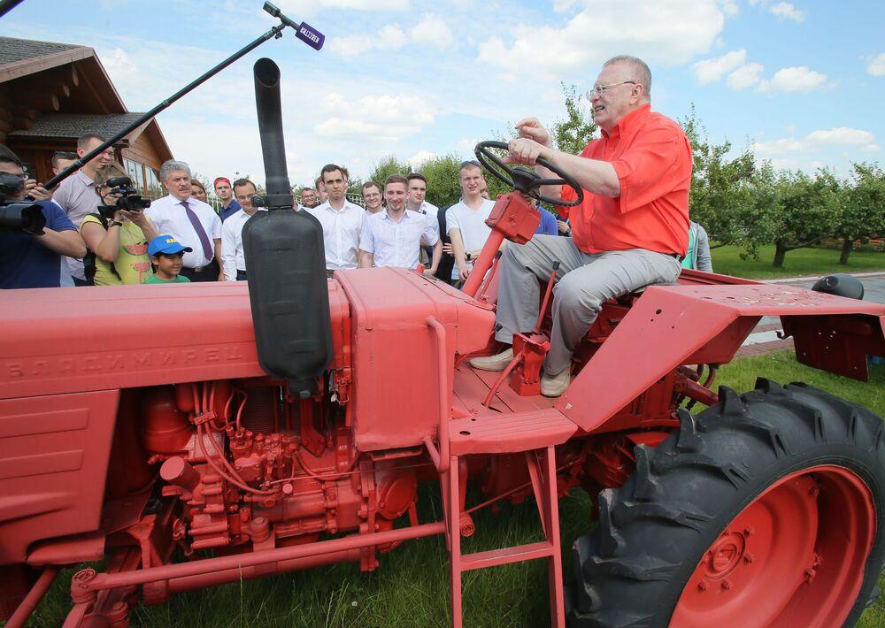 Líder do Partido Liberal Democrata da Rússia, Vladimir Zhirinovsky, visita a empresa Sovkhoz Lenin