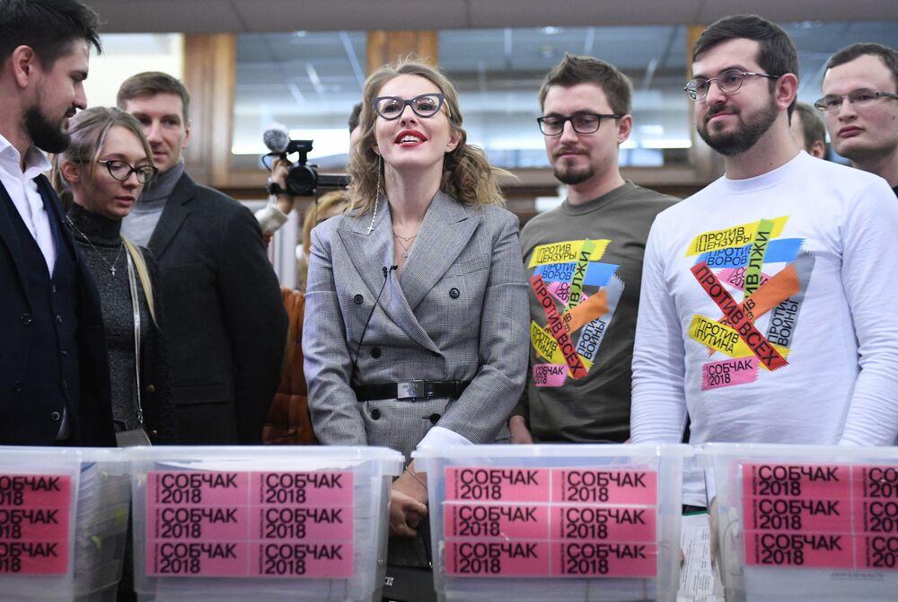 Ksenia Sobchak e seus apoiantes entregam as assinaturas em apoio à sua candidatura na Comissão Eleitoral Central da Rússia