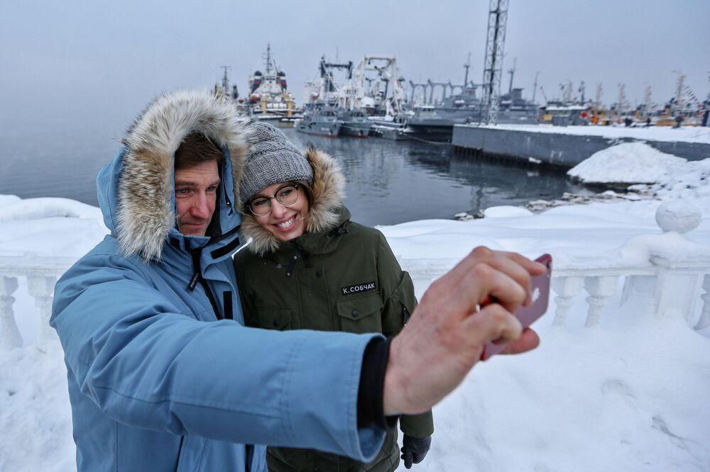 Ksenia Sobchak e Anton Krasovsky, integrante da sua equipe eleitoral, tiram uma selfie na cidade de Severomorsk durante uma visita no âmbito da campanha, em 2018