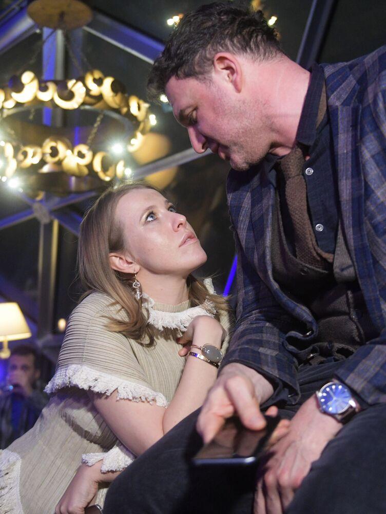 Ator Maksim Vitorgan e sua esposa, Ksenia Sobchak, durante a apresentação do novo modelo do smartphone Samsung Galaxy S8, em Moscou, em 2017