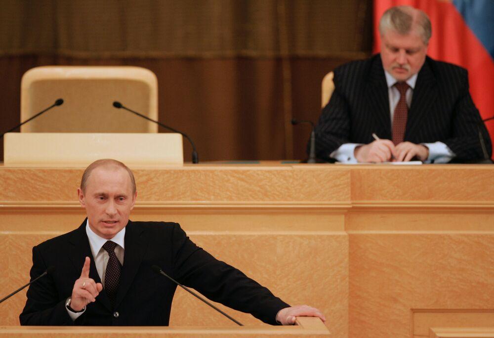 Vladimir Putin e o presidente do Conselho da Federação (câmara alta do Parlamento), Sergei Mironov, durante o discurso anual do presidente perante os deputados e senadores, em 2006