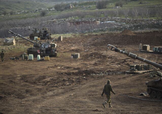 Soldados israelenses junto de unidades de artilharia móvel perto da fronteira com a Síria