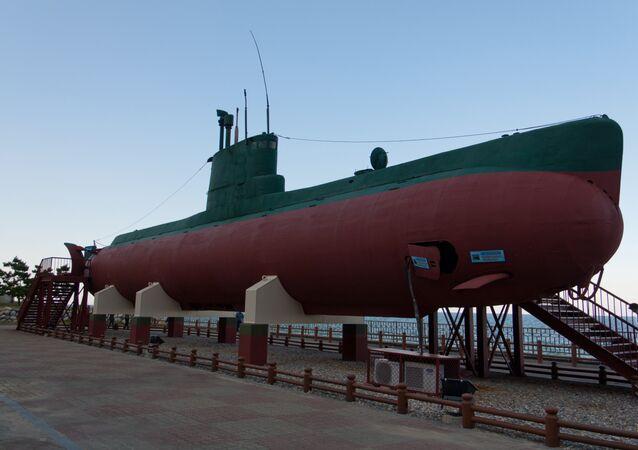 Submarino norte-coreano da classe Sango que encalhou em 1996 no litoral perto de Gangneung, Coreia do Sul