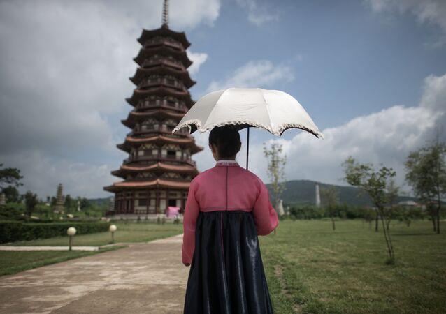 Menina em parque histórico nos arredores de Pyongyang (foto de arquivo)