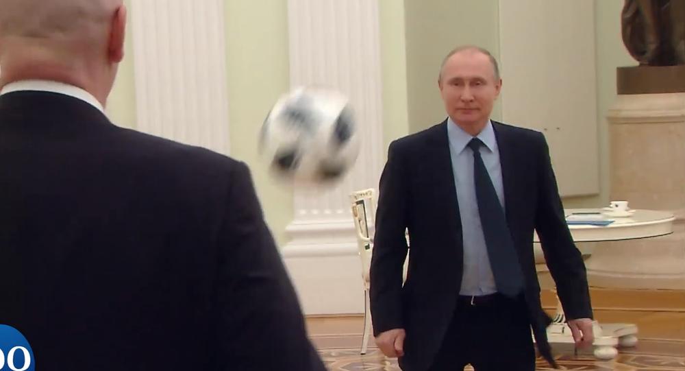 Vladimir Putin e Gianni Infantino trocam passes no Kremlin.