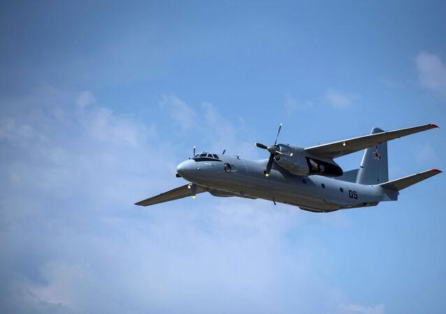 Avião de transporte militar russo An-26 (foto de arquivo)
