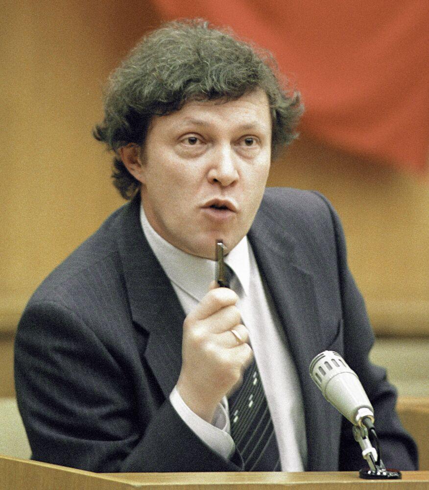 Deputado popular da República Socialista Federativa Soviética da Rússia e primeiro vice-presidente do Conselho de Ministros da República Socialista Federativa Soviética da Rússia, Grigory Yavlinsky, durante um discurso, novembro de 1990