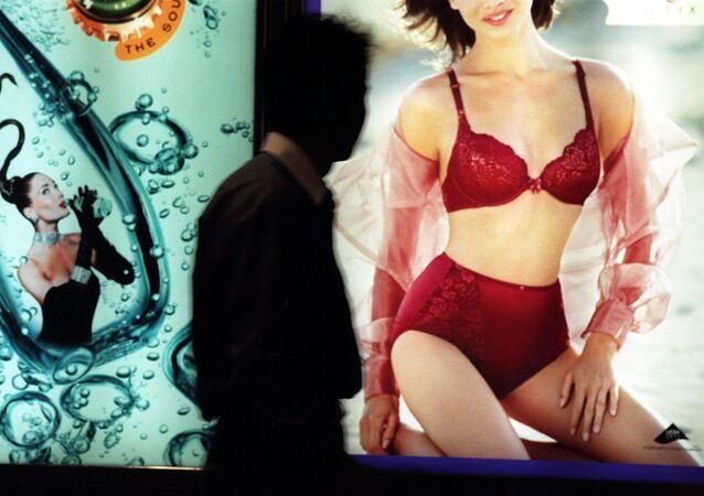 Banner de lingerie sensual chama atenção de pedestre em Hong Kong