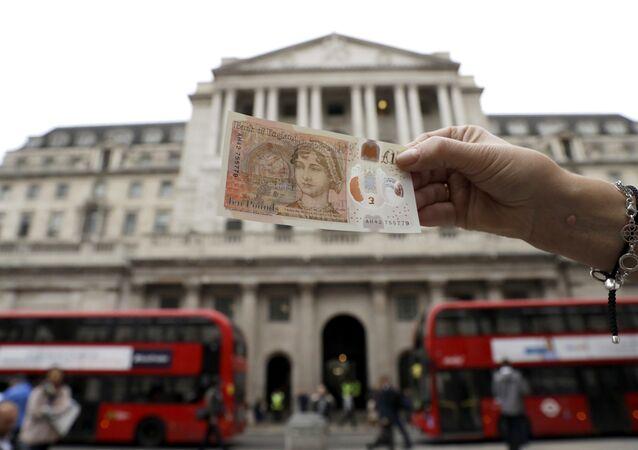 Uma das novas notas britânicas de 10 libras em frente ao Banco da Inglaterra na cidade de Londres.