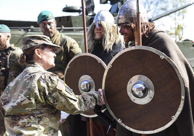 Militares dos EUA e noruegueses vestidos de vikings