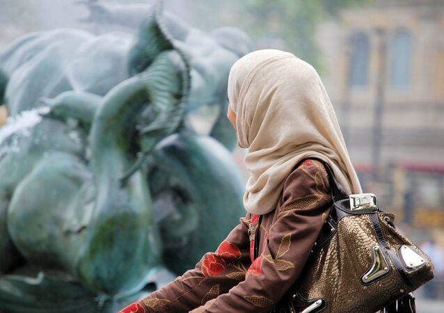 Mulher vestindo véu islâmico