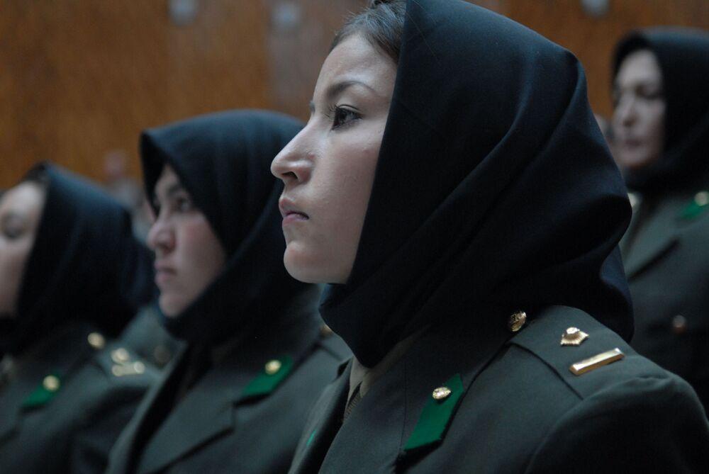 Mulheres da primeira formatura da Escola de Oficiais Femininas do Exército Nacional do Afeganistão atendem cerimônia solene ao concluírem os estudos