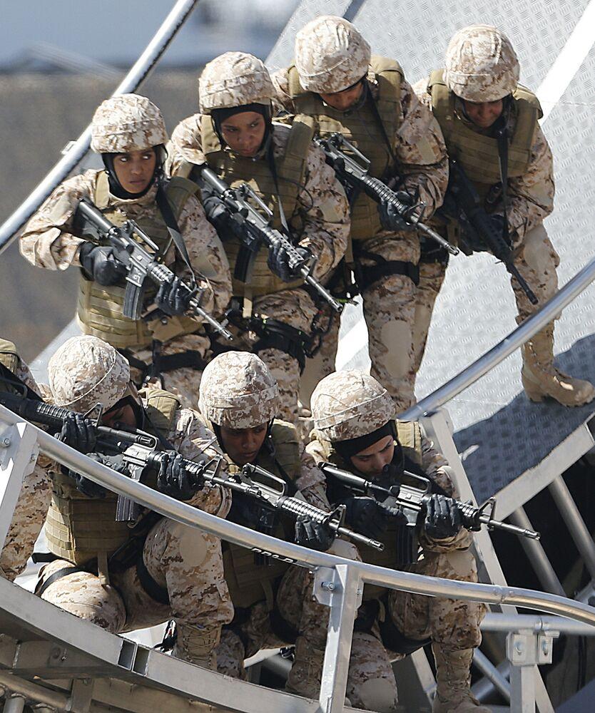 Membros das unidades femininas do exército dos Emirados Árabes Unidos participam de um show militar, em Abu Dhabi