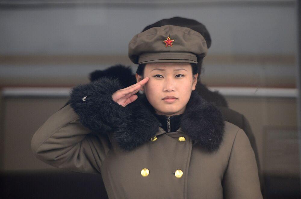 Militar norte-coreana faz continência em Pyongyang