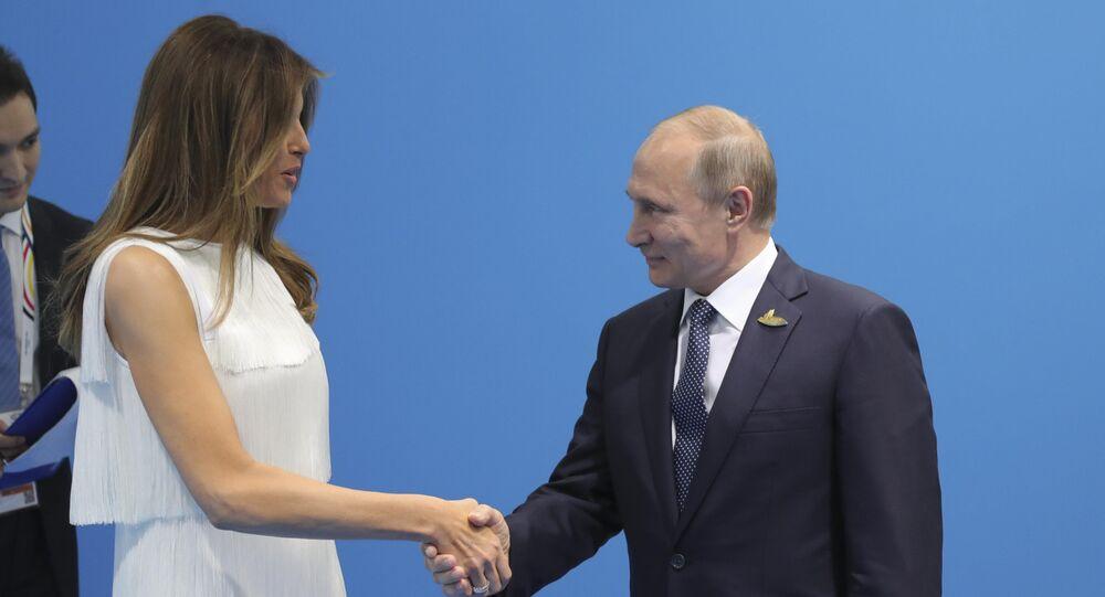 Presidente russo Vladimir Putin aperta a mão da primeira-dama dos EUA, Melania Trump, durante a cúpula do G20 em Hamburgo, em 2017