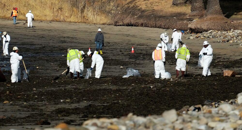 Equipes especiais fazem limpeza na praia depois de vazamento de petróleo, Refugio State Beach, Califórnia