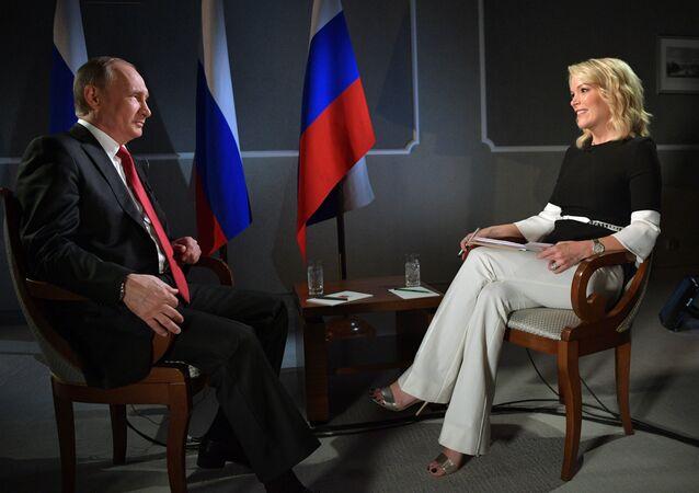 Presidente russo, Vladimir Putin, falando com Megyn Kelly durante a entrevista ao canal NBC (foto de arquivo)