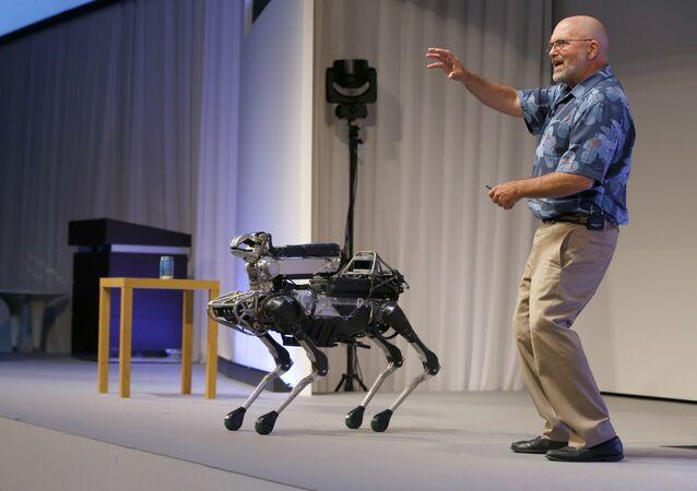 Diretor executivo da companhia Boston Dinamics, Marc Raibert, falando sobre seu robô SpotMini durante a apresentação em Tóquio, Japão