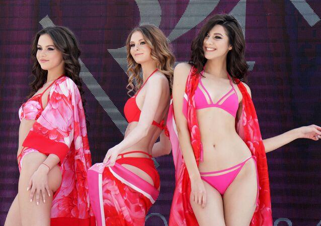 Modelos apresentam uma coleção de lingerie no festival Ski and Fashion 2018, no Líbano