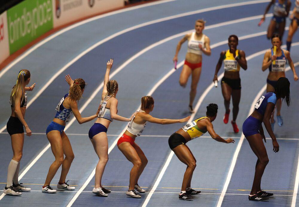 Participantes da final de estafeta feminina durante o Campeonato Mundial de Atletismo em Pista Coberta 2018, em Birmingham