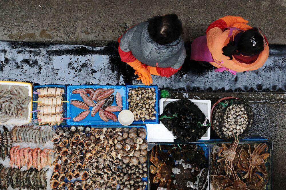 Balcão com peixe em um mercado Noryangjin, em Seul, na Coreia do Sul