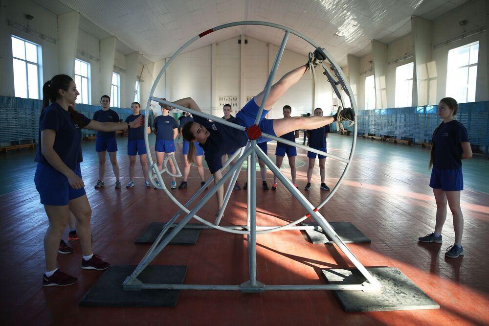Meninas cadetes durante uma aula de preparação física, na cidade russa de Krasnodar