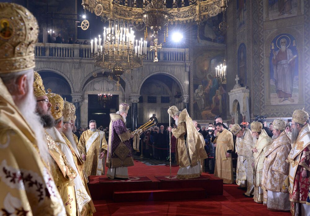 Patriarca Kirill, a mais alta autoridade da Igreja Ortodoxa Russa, junto com Patriarca da Bulgária e o Metropolita de Sófia Neofit durante uma liturgia na Catedral de Aleksandr Nevsky, em Sófia