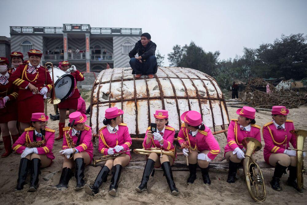 Participantes do festival The Dash of the Ocean Gods (Corrida de Deuses do Mar, em inglês) na província chinesa de Fujian