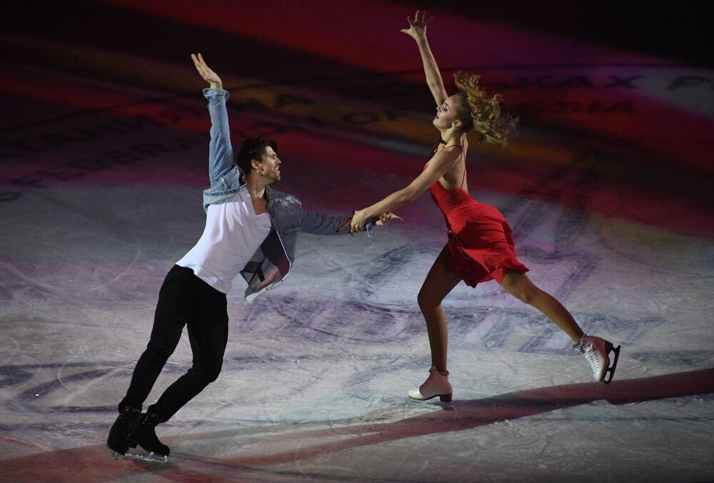 Aleksandra Stepanova e Ivan Bukin durante o show de patinação artística Festa de Atletas Olímpicos. Campeões em Moscou