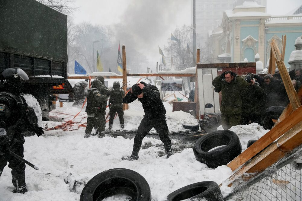 Polícia detém manifestantes antigovernamentais e destrói um campo de tendas perto do edifício de Suprema Rada, em Kiev