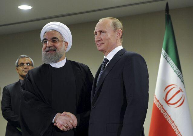Presidente Vladimir Putin da Rússia (R) se reúne com presidente do Irã, Hassan Rohani, à margem da Assembleia Geral das Nações Unidas, em Nova York, 28 de setembro de 2015