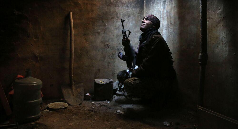 Suposto militante do grupo rebelde Faylaq al-Rahman na área de Arbeen, nos subúrbios de Damasco (arquivo)
