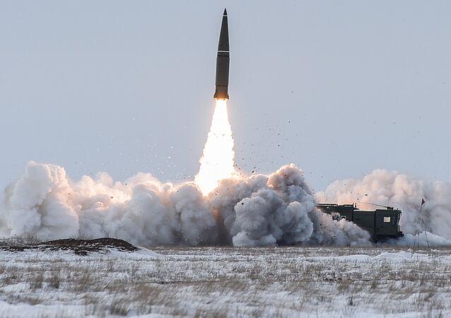 Lançamento de míssil balístico do complexo tático-operacional Iskander-M no polígono Kapustin Yar, na região russa de Astrakhan (foto de arquivo)