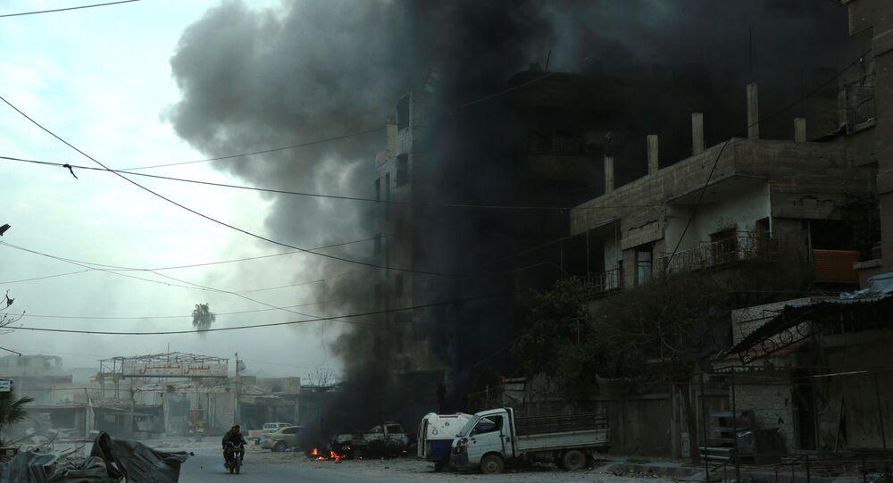 Fumaça saindo de um edifício depois de bombardeamentos na cidade de Douma, em Ghouta Oriental