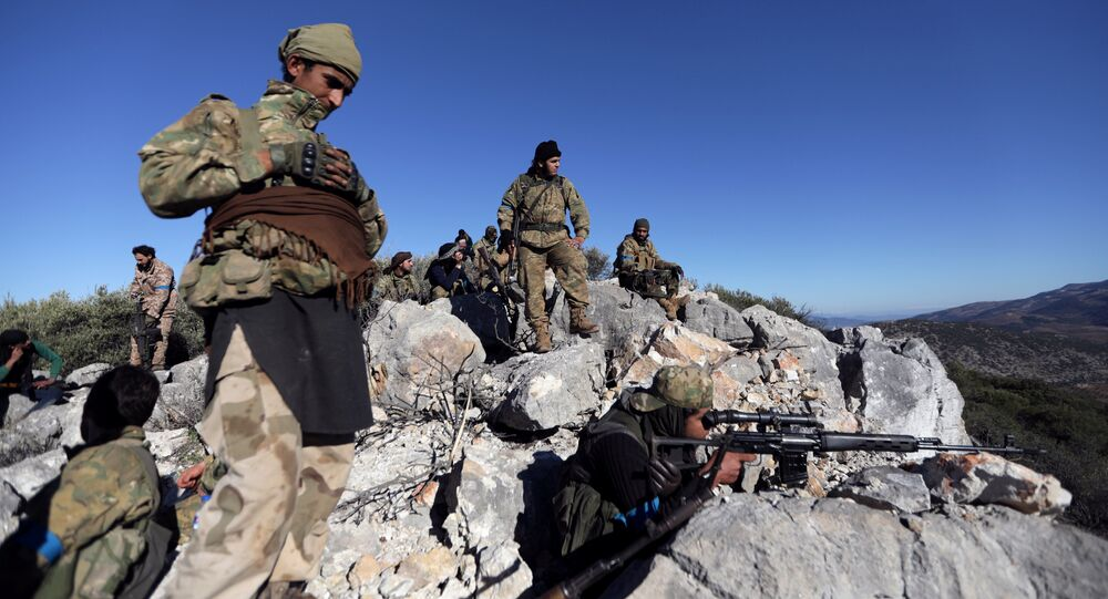 Militantes do Exército Livre da Síria apoiados pela Turquia perto da cidade síria de Afrin, 29 de fevereiro de 2018