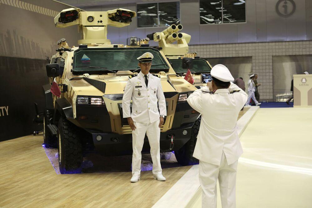 Visitantes tiram fotos na Exposição Internacional de Defesa Marítima DIMDEX 2018 no Qatar