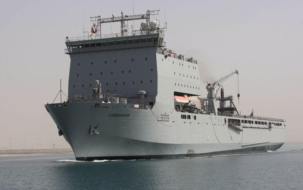 Navio de combate da Real Marinha britânica no porto de Doha