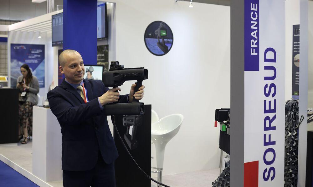 Visitante da Exposição Internacional de Defesa Marítima DIMDEX 2018 no Qatar