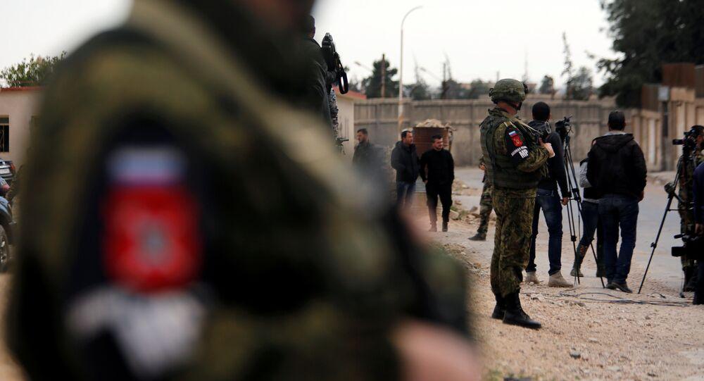 Soldados russos em uma zona onde jornalistas estão à espera de um comboio regressando de Ghouta Oriental