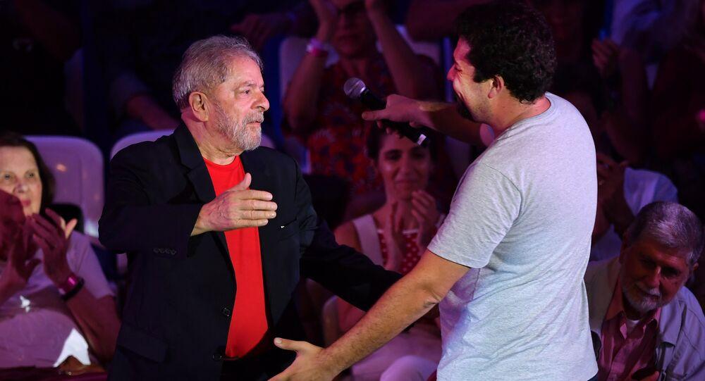 Ex-presidente brasileiro, Luiz Inácio Lula da Silva, saudando Guilherme Boulos, líder do Movimento dos Trabalhadores Sem Teto (MTST), São Paulo, 18 de janeiro de 2018